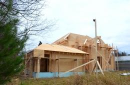 Продолжается строительство деревянного дома